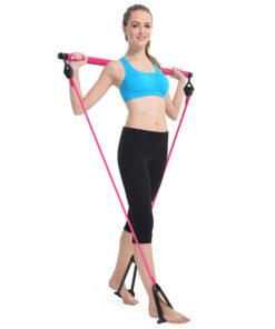 femme utilisant barre squat elastiques yoga pilate