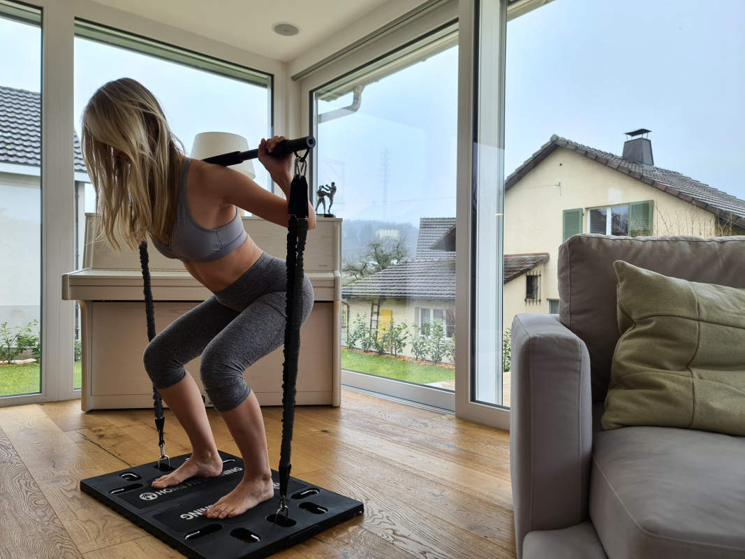 femme exercice maison squatsysteme d entrainement complet portatif avec guide d exercices all in one home fit training