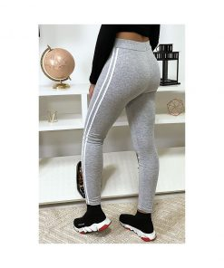 legging-gris-avec-deux-bandes-blanches-sur-les-cotes-pose-de-dos