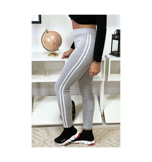 legging-gris-avec-deux-bandes-blanches-sur-les-cotes-pose-de-profil