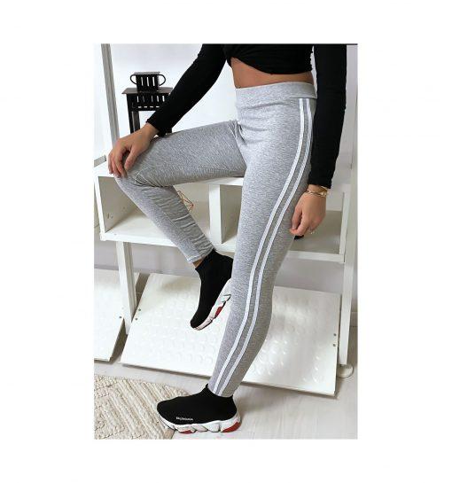 legging-gris-avec-deux-bandes-blanches-sur-les-cotes-pose-jambe-levee
