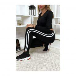 legging-noir-avec-deux-bandes-blanches-sur-les-cotes-pose-accroupie