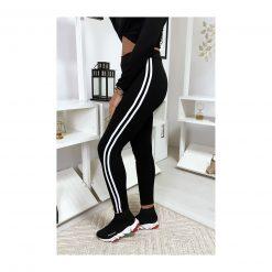 legging-noir-avec-deux-bandes-blanches-sur-les-cotes-pose-de-profil