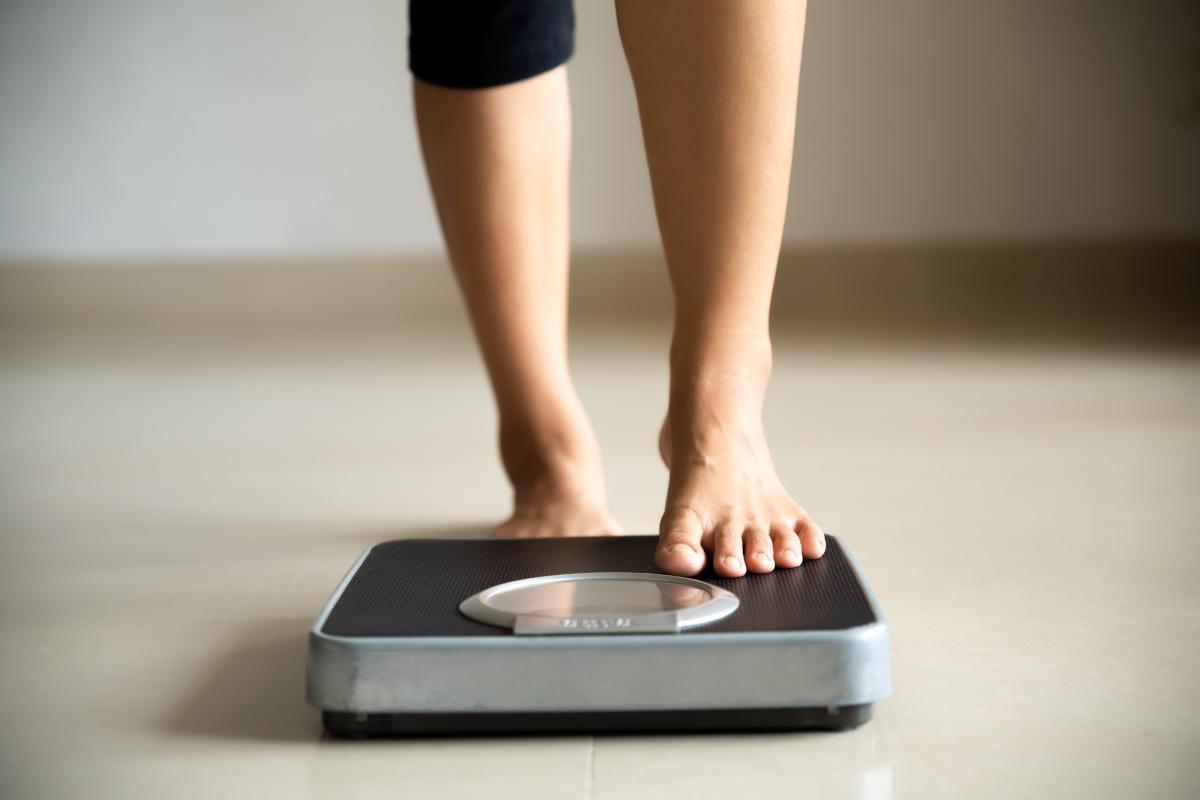 femme se pesant sur une balance