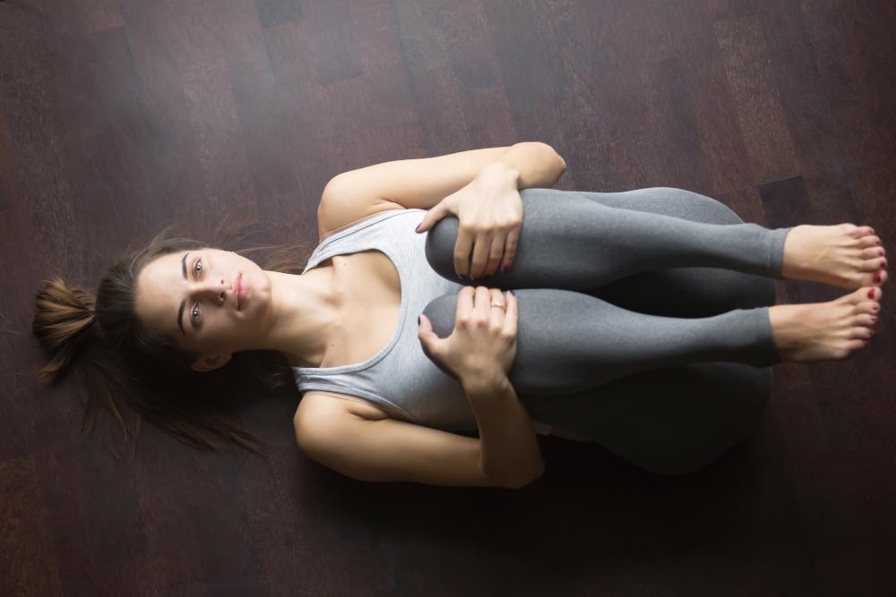 exercices mal de dos posture genoux poitrine