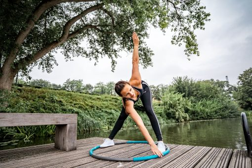 femme utilisant cerceau hula hoop fitness calories 1.5kg 100 cm