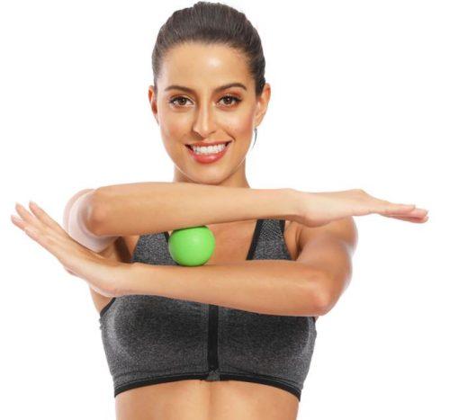 femme utilisant une balle yoga massage bras