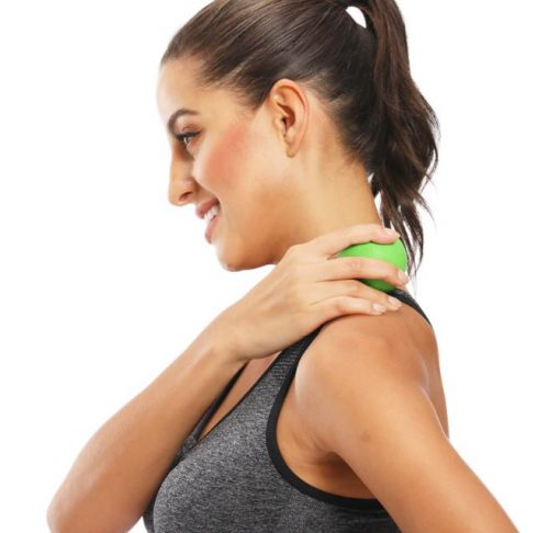 femme utilisant une balle yoga massage nuque