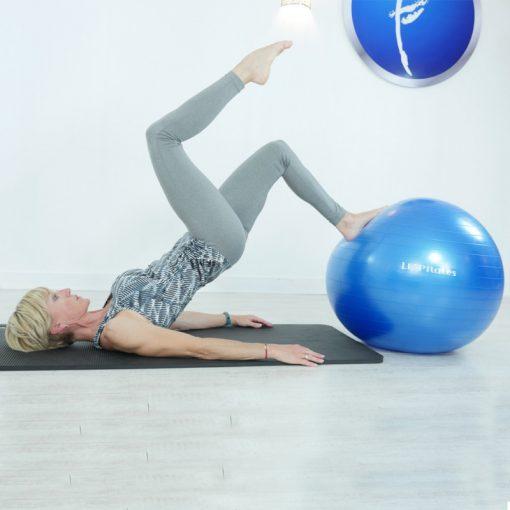 exercice avec swiss ball ballon bleu 55 cm diametre