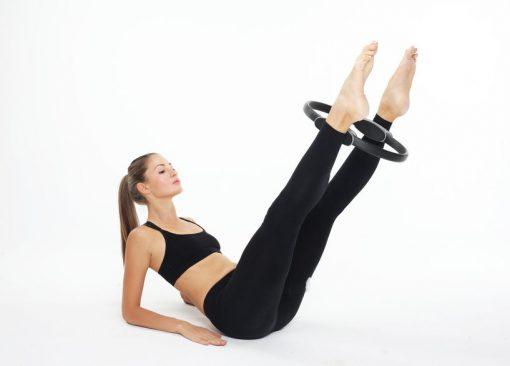 femme utilisant anneau pilates chevilles