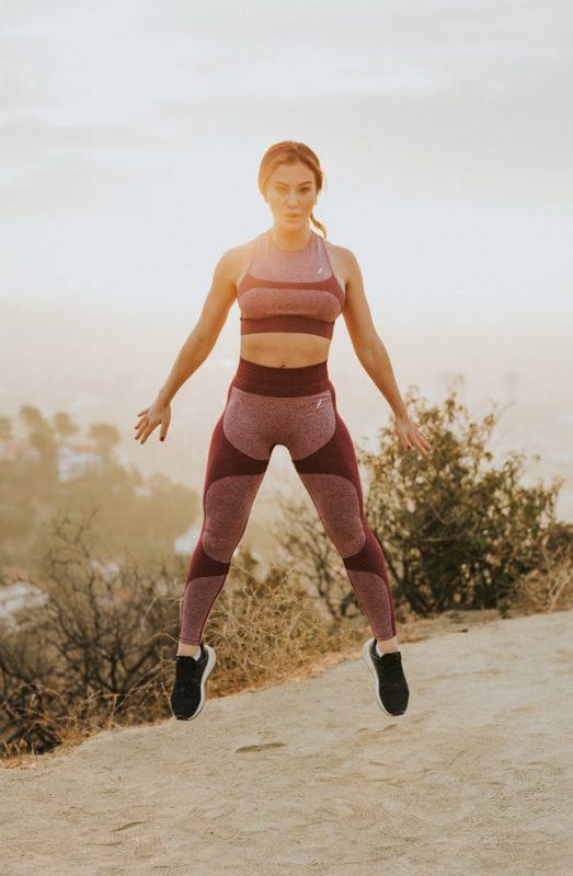 femme effectuant un saut