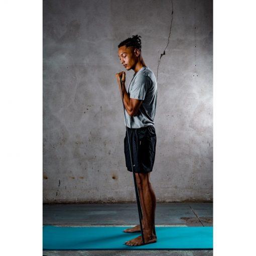 homme effectuant exercice curl biceps avec elastique de fitness musculation