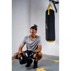 homme portant gants de boxe noir kick boxing 14 oz poids moyen