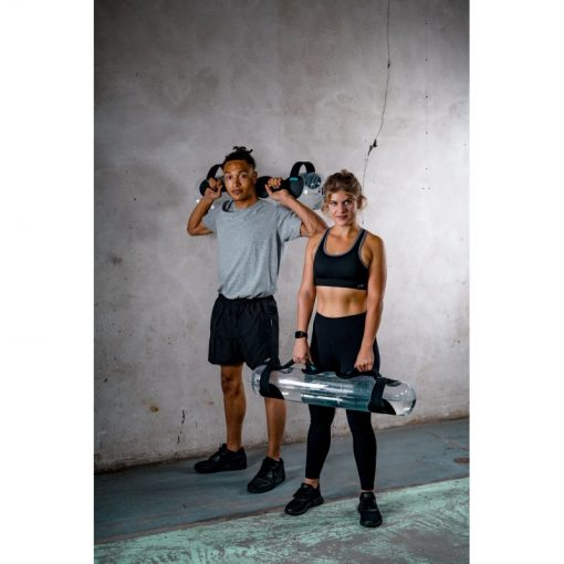 pratiquants de musculation crossfit fitness utilisant sac leste water bag cross training