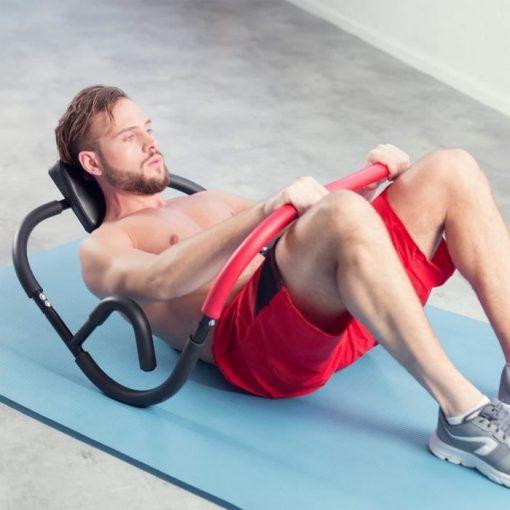 homme utilisant appareil musculation abdominaux