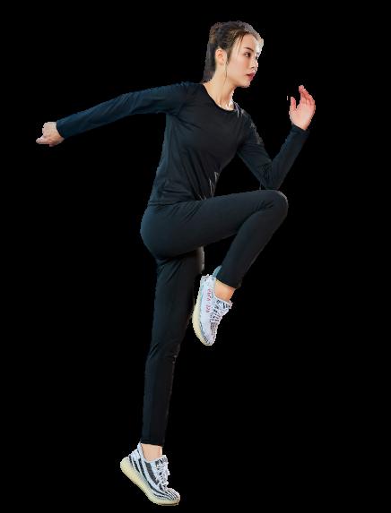 femme sautant avec tenue de sudation